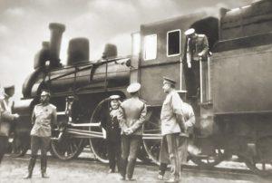 Николай II у паровоза царского поезда