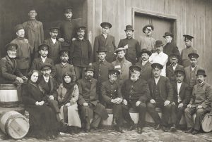 Служащие железной дороги. В центре сидит (четвертый справа)  Г. Я. Погорельский, г. Петровск, к. XIX – н. ХХ вв.