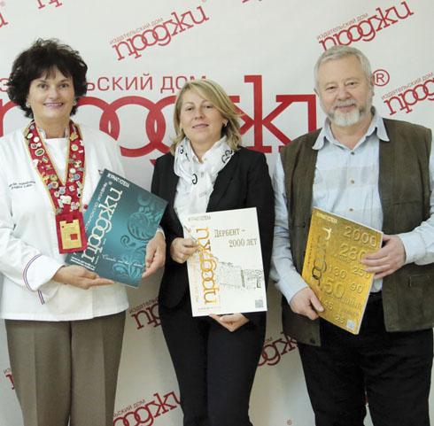 Драгица Лукин (слева) в редакции журнала «Проджи» делится впечатлениями после кулинарного тура